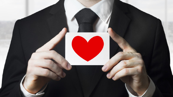 Mann mit Herz-Schild in der Hand. © stock.adobe.com/Imillian, AK Stmk