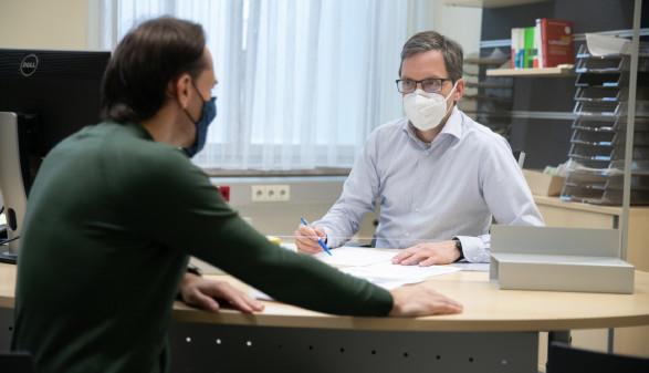 AK-Jurist Stefan Schmelzer (rechts) holte für einen Leiharbeiter 20.000 Euro. © Temel, AK Stmk
