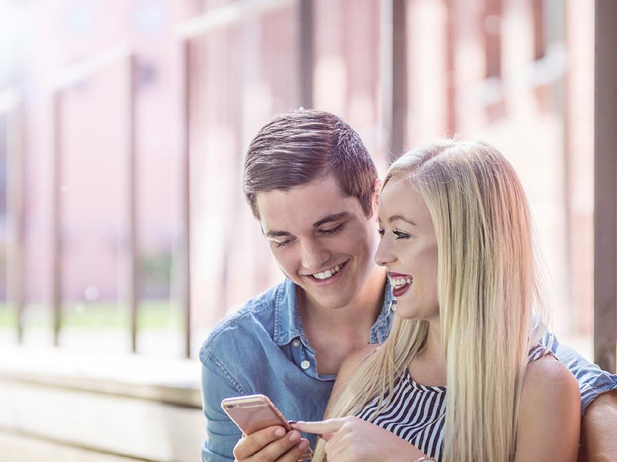 Verliebte Teenis übersehen oft die Kosten beim Telefonieren. © Fotolia.com/coldwaterman, AK Stmk