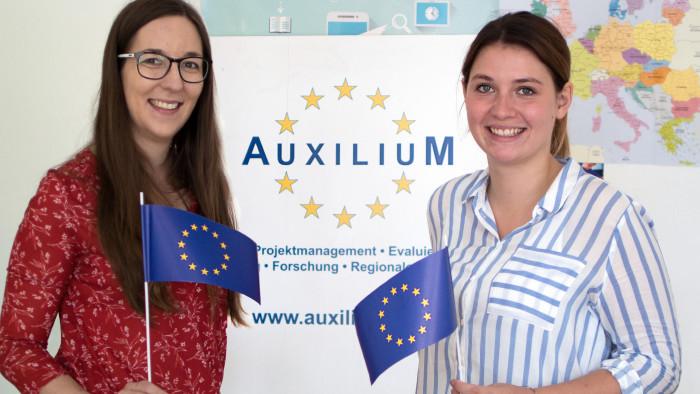 Cornelia Maas (l.) und Tamara Marzi vom Verein Auxilium, der die Praktika organisiert. © Deckan, AK Stmk