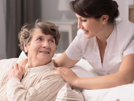 AK-Expertin Anika Tauschmann gibt Tipps, was bei der 24-Stunden-Pflege zu beachten ist. © Fotolia.com/Photographee.eu, AK Stmk