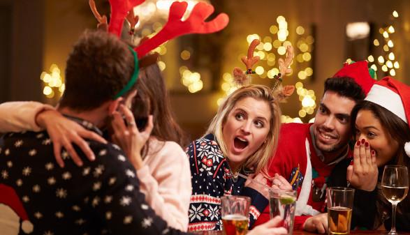 Wilde Schmuserei vor den Kollegen auf der Weihnachtsfeier. © AdobeStock_Monkey-Business, AK Stmk