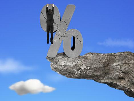 Mann hängt an bröckelndem Prozent-Zeichen © Tsung-Lin Wu, Fotolia