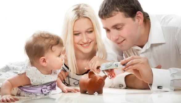 Junge Familie mit Sparschwein © Valery Bareta, stock.adobe.com