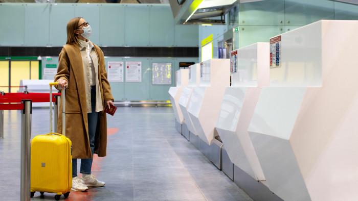 Frau mit Reisekoffer am Flughafen © DimaBerlin - stock.adobe.com, AK Stmk