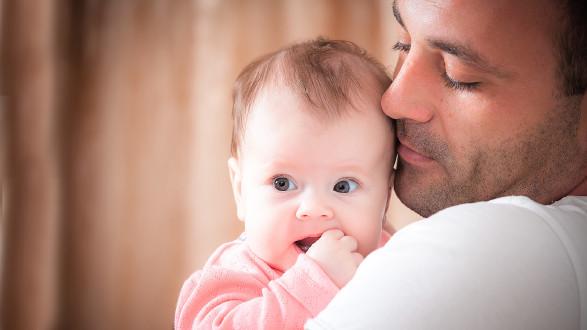 Vater hält Baby © Andriy Petrenko, stock.adobe.com