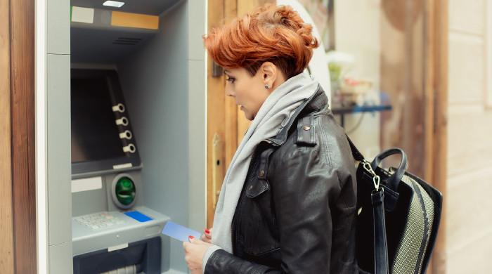 Bei gekennzeichneten Bankomaten darf eine Gebühr fürs Geldabheben berechnet werden. © guruXOX, Adobe Stock