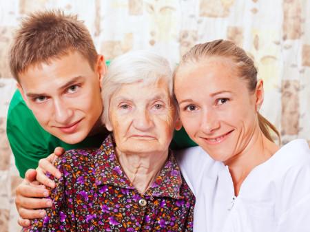 Pfleger und Pflegerin mit alter Dame © Fotolia/Ocskay Bence, AK Stmk