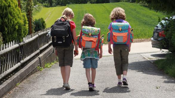 Kinder mit Schultaschen © simoneminth, stock.adobe.com