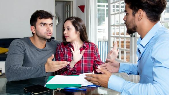 Junges Paar streitet mit jungem Mann © Daniel Ernst - stock.adobe.com, AK Stmk