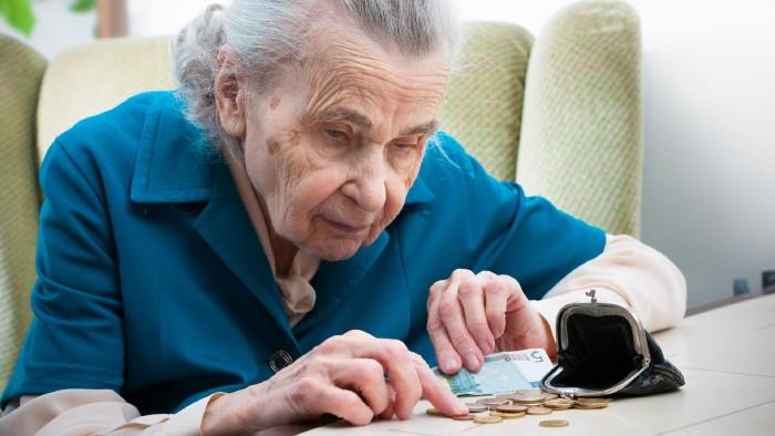 Jeden Euro vor dem Ausgeben zweimal umdrehen: Die viele unbezahlte Arbeit von Frauen führt dazu, dass im Alter Armut droht. © Alexander Raths, stock.adobe.com