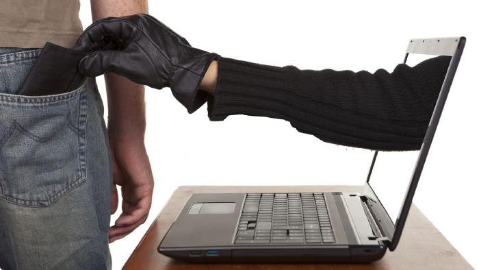 Räuberhand greift aus dem Computerbildschirm in die Hosentasche und nimmt die Geldbörse © davidevison, stock.adobe.com