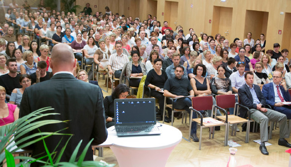 Gernot Acko begrüßt 700 interessierte Pflegekräfte im Kammersaal in Graz. © Graf, AK Stmk