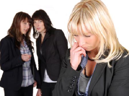 Zwei Kolleginnen lästern über eine Andere - Mobbing am Arbeitsplatz. © Kitty, Fotolia