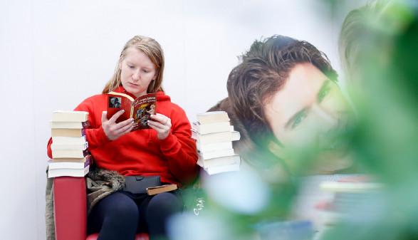 Schon während des Bücherflohmarkts wurde viel gelesen. © Graf, AK Stmk