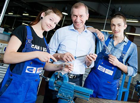 Josef Pesserl gemeinsam mit zwei Jugendlichen in der Werkstatt © Kanizaj, AK Stmk