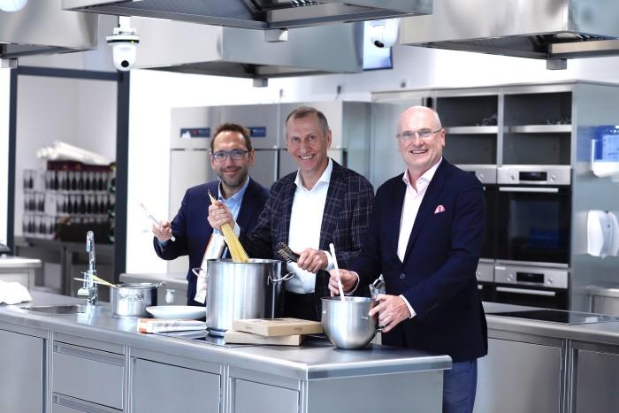 VHS-Geschäftsführer Martin Bauer, AK-Präsident Josef Pesserl und AK-Direktor Wolfgang Bartosch (von links) im modernen Küchenstudio der neuen VHS. © Graf-Putz, AK Stmk