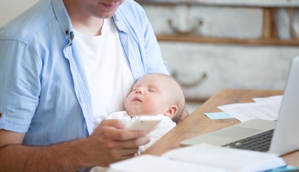 Vater mit Säugling im Arm.  © stock.adobe.com/fizkes, AK Stmk