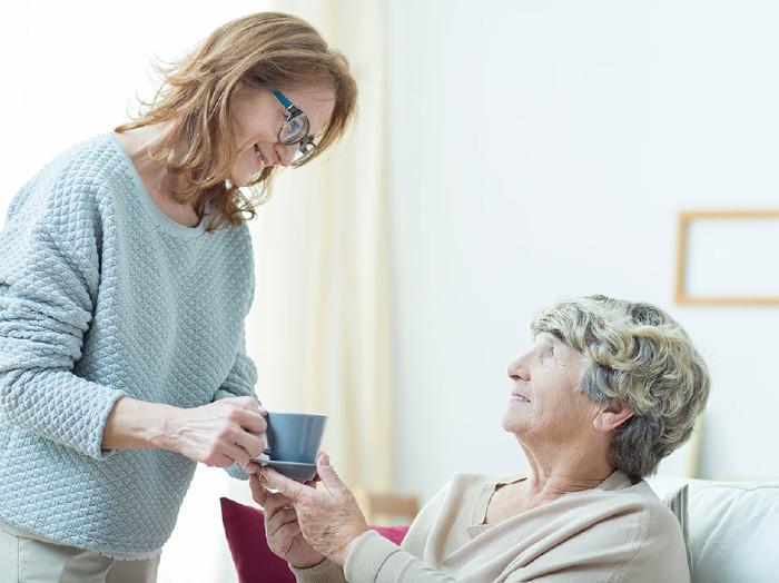 Wenn man Angehörige pflegt, kann man sich zu günstigen Bedingungen versichern. © Katarzyna Bialasiewicz photographee.eu, AK Stmk