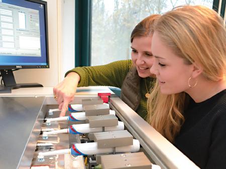 Acht elektrische Zahnbürsten wurden unter den gleichen Bedingungen getestet. © Stiftung Warentest, AK Stmk