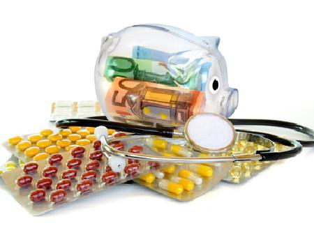 Sparschwein und Medikamente - Wenn Medizin zur finanziellen Belastung wird! © K.-U. Häßler, fotolia.com