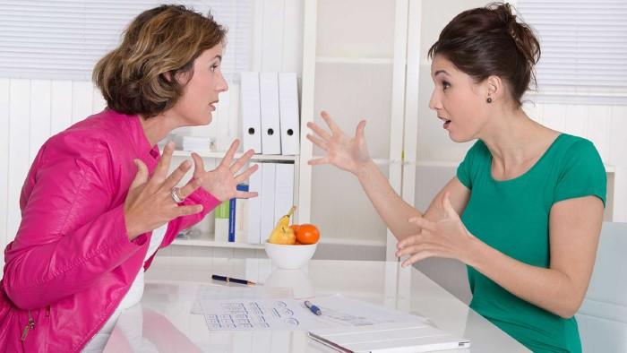 Zwei Frauen streiten sich am Arbeitsplatz © Jeanette Dietl, stock.adobe.com