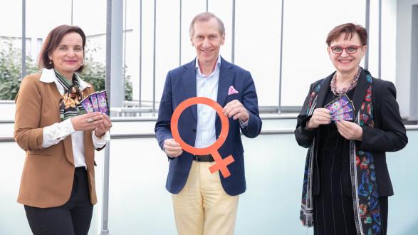 AK-Präsident Josef Pesserl mit Elisabeth Aufreiter (r.), Leiterin des AK-Frauenausschusses und Bernadette Pöcheim, Leiterin der AK-Frauenabteilung © Temel, AK Stmk