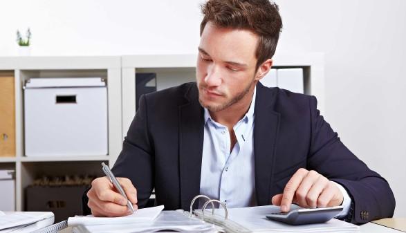 Mann im Büro mit Taschenrechner und Akten © Robert Kneschke, stock.adobe.com