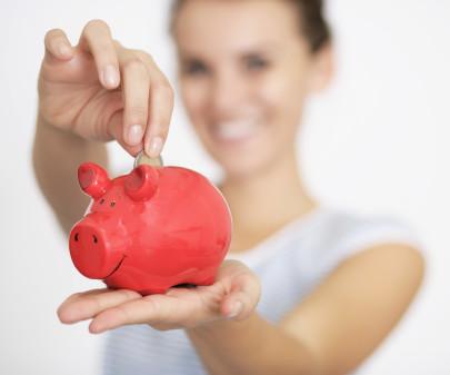Verschwommene Person hält rotes Sparschwein © Peter Atkins, stock.adobe.com/