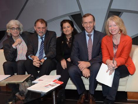 Peter Hoffmann, Gerhard Plank, Claudia Brandstätter, AK-Präsident Josef Pesserl, Moderatorin Claudia Gigler. © Langmann, AK Stmk