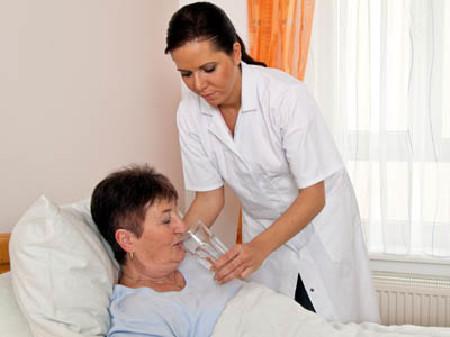 Pflege daheim - Krankenpflegerin hilft Ihrer Patientin beim Trinken! © Gina Sanders, Fotolia.com