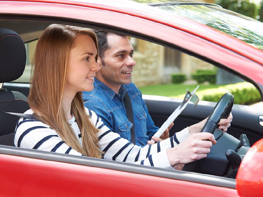 Jugendliche bei der Führerscheinprüfung. © highwaystarz, stock.adobe.com