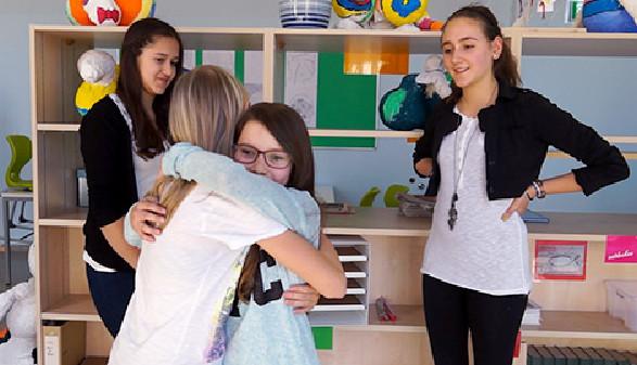 Zwei Schülerinnen versöhnen sich nach einer gewaltfrei geführten Schlichtung © Schön, AK Stmk