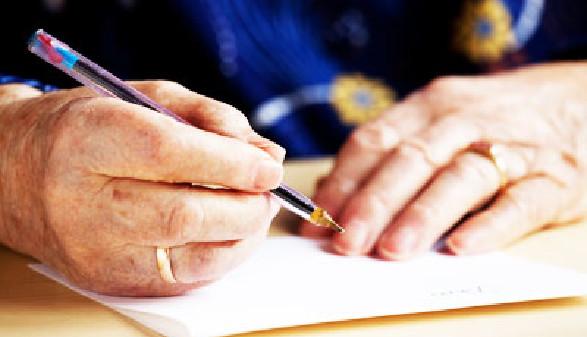Hände einer älteren Dame beim Schreiben © Tyler Olson, Fotolia