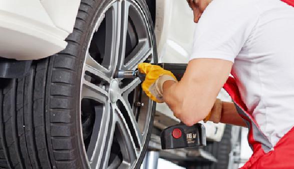 Automechaniker beim Reifenwechsel © Karin & Uwe Annas, Fotolia.com