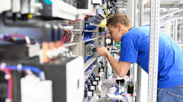 Der Lehrling wechselte den Lehrberuf von Elektro- Gebäudetechniker auf Einzelhandelskaufmann. © www.industrieblick.net - stock.adobe.com, AK Stmk