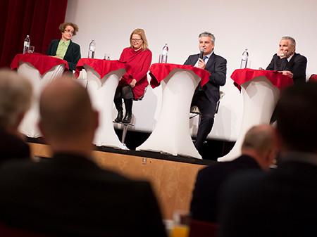 Mayrhuber, Stainer-Hämmerle, Patterer und Berka diskutieren das Kammersystem. © Graf, AK