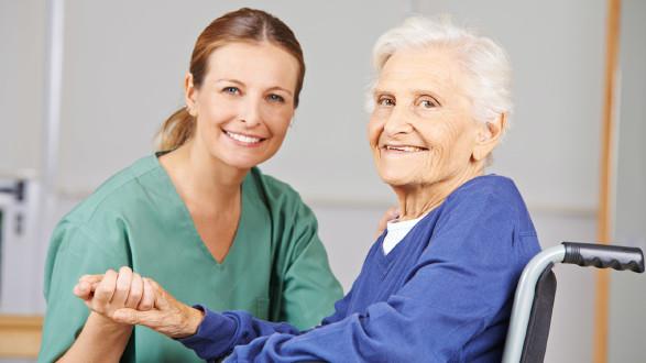 Junge Frau pflegt ältere Dame im Rollstuhl © Robert Kneschke, stock.adobe.com
