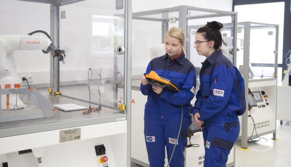 In einem vierstündigen Workshop erlernen Jugendliche unter anderem den sicheren Umgang mit Industrierobotern. © Temel, AK Stmk