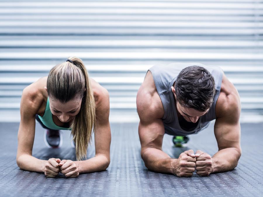 Eine Frau und ein Mann trainieren im Fitnessstudio. © Fotolia.com/WavebreakMediaMicro, AK Stmk