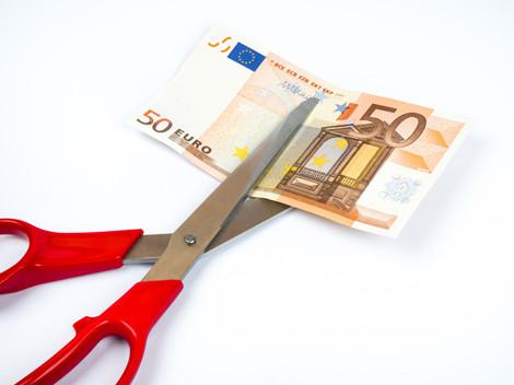 Ein 50-Euro-Schein wird mit der Schere durchgeschnitten © alexandro900, fotolia