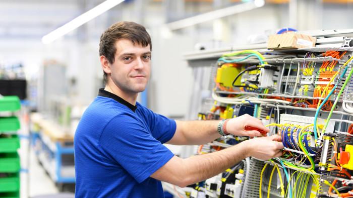 Ein Elektro-Installationstechniker hätte fast seine ihm gebührende Abfertigung Alt verloren.   © industrieblick - stock.adobe.com, AK Stmk
