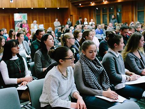 Auch zahlreiche SchülerInnen als Zuhörer im Festsaal © Marija Kanizaj, AK Stmk