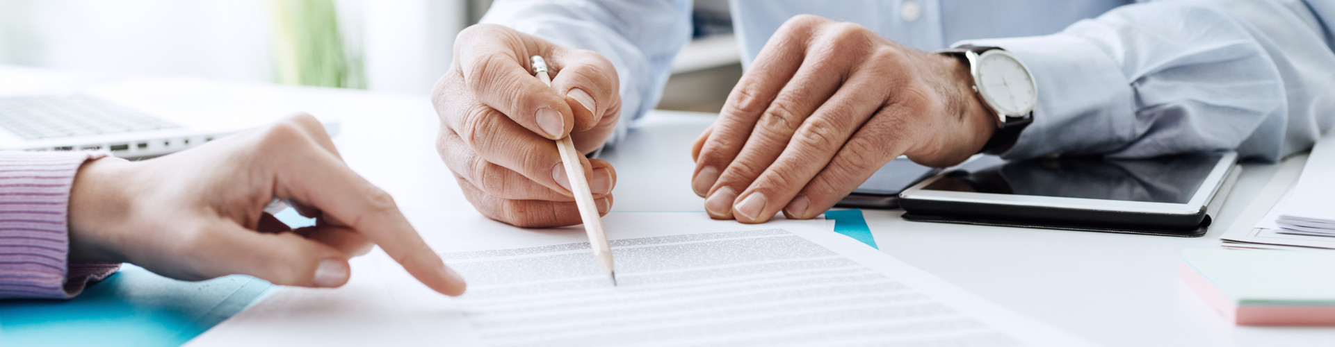 Zwei Personen gehen einen Arbeitsvertrag durch © StockPhotoPro, stock.adobe.com