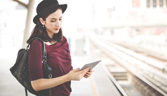 Frau mit Hut steht mit Tablet am Bahnhof. © Fotolia.om/Rawpixel.com, AK Stmk