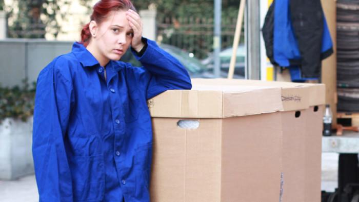Junge Frau lehnt verzweifelt an Umzugskarton. © Peter Atkins - stock.adobe.com, AK STmk