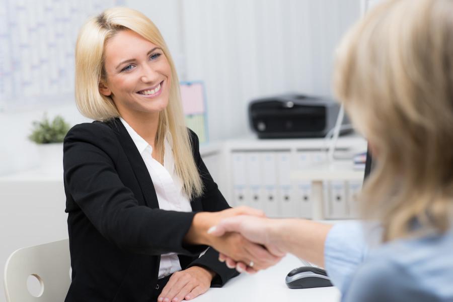 Zwei Frauen in einem Beratungsgespräch. © Picture Factory, AdobeStock