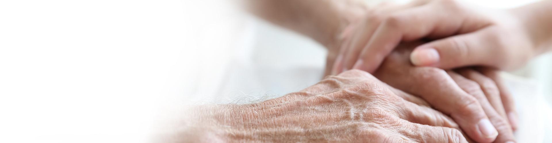 Junge Hand berührt ältere Hände © Africa Studio/stock.adobe.com, AK Stmk