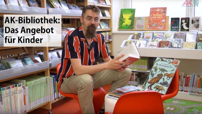 Alexander Fritz zeigt, was die AK-Bibliothek für Kinder zu bieten hat. © ., AK Stmk