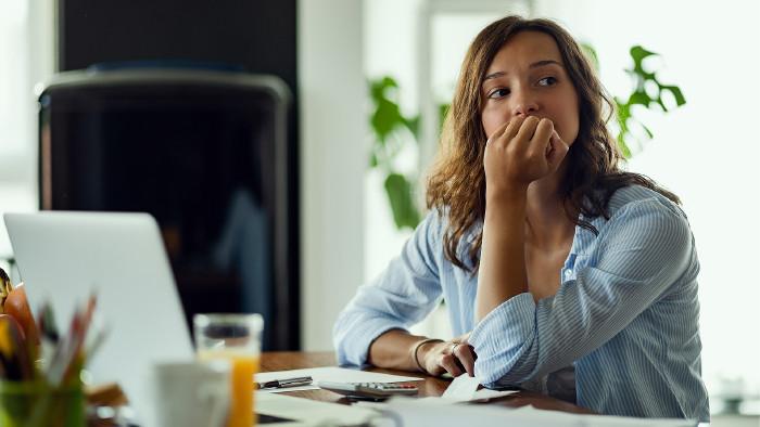 Frau sitzt nachdenklich beim Schreibtisch © Drazen , stock.adobe.com